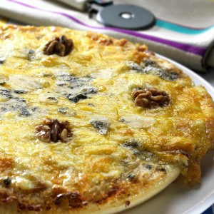 Pizza de quesos, peras y nueces